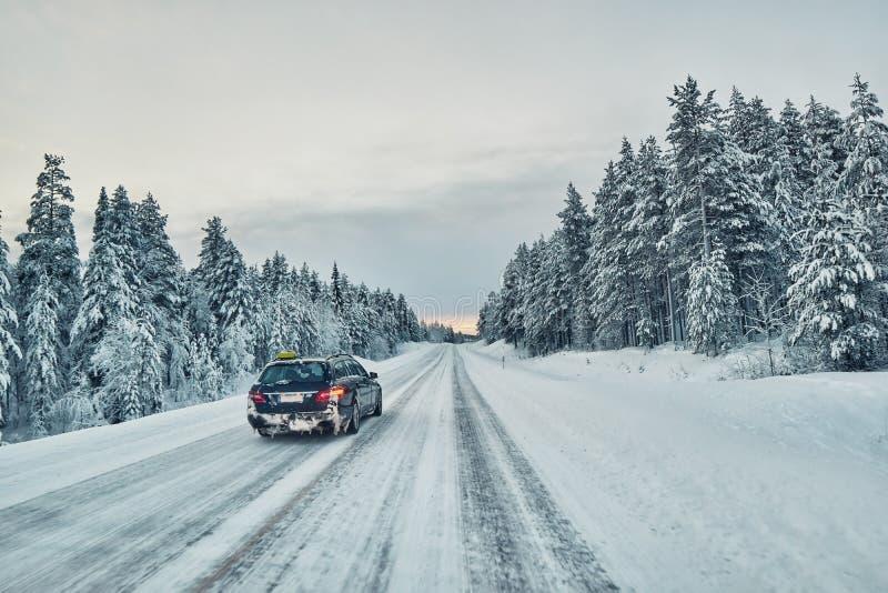 Åk taxi omkörningen på en hal vinterväg i Lapland, Finland royaltyfri bild
