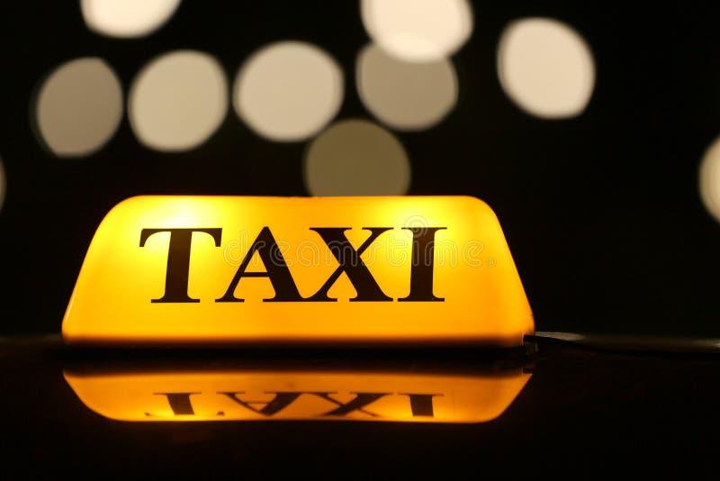 Åk taxi upp bilen på nattgatan, slut royaltyfria foton