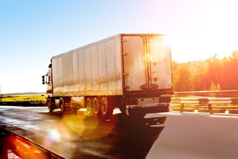 Åka lastbil går på huvudvägen royaltyfria bilder