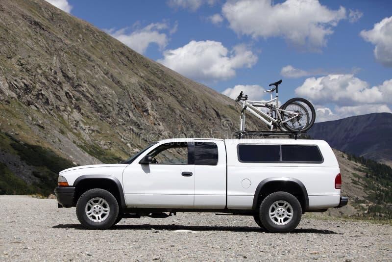Åka lastbil mountainbiket royaltyfri bild