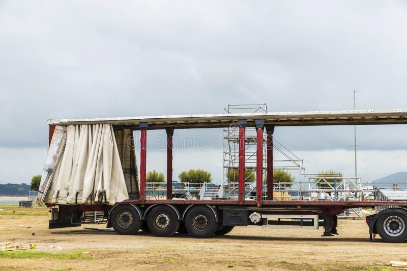 Åka lastbil nedladda material för en festival eller en konsert royaltyfri foto