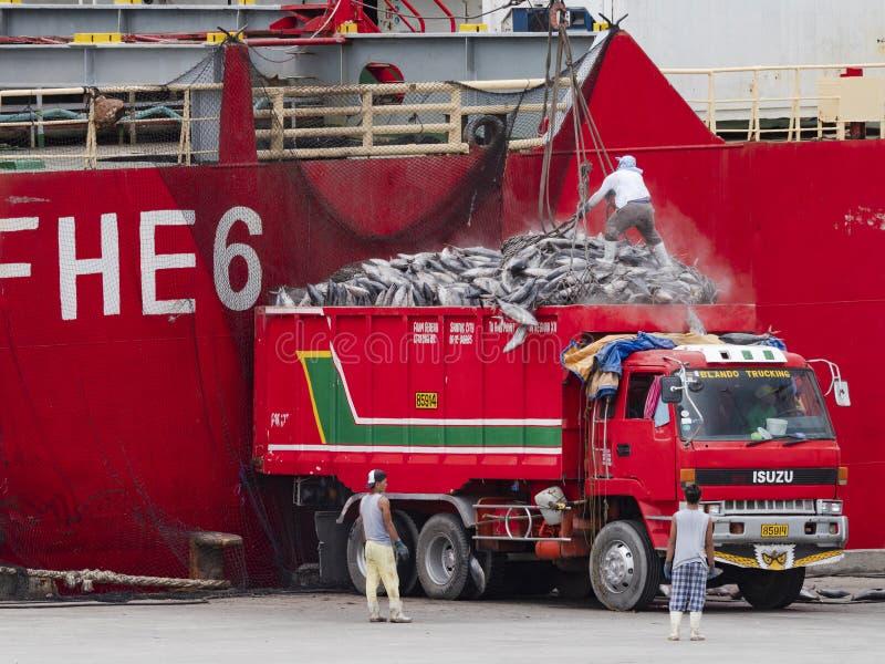 Åka lastbil päfyllningstonfisk i den Gensan staden, Filippinerna royaltyfri foto