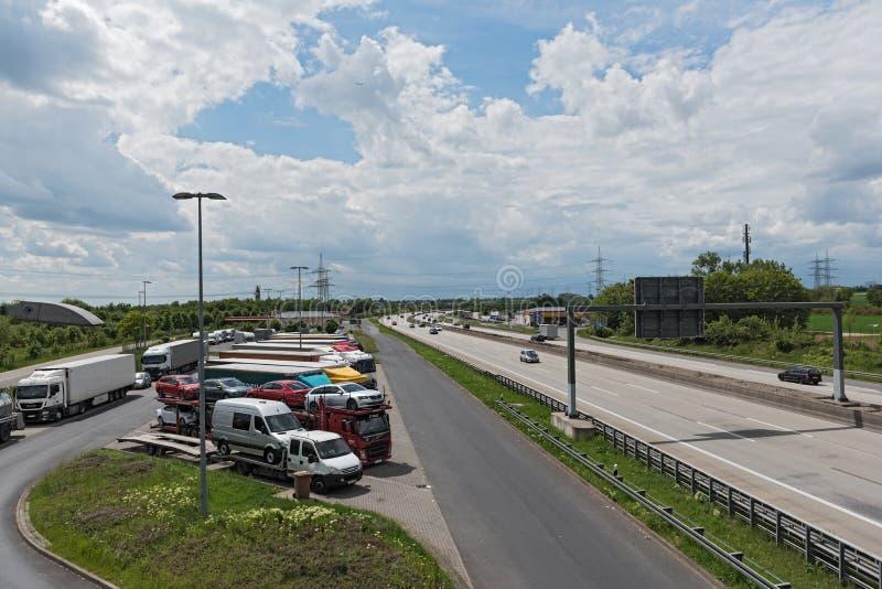 Åka lastbil parkeringsplatsen på Motorway 66 i det västra av Frankfurt, Tyskland arkivbild