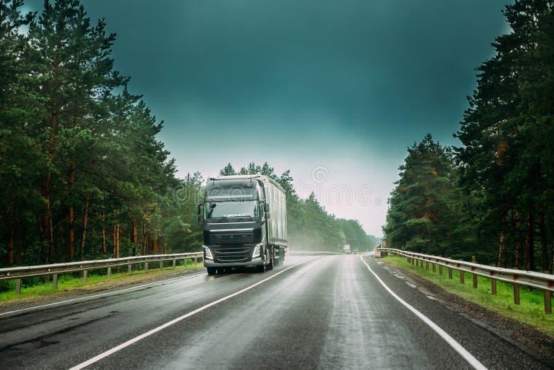 Åka lastbil traktorenheten, början - flyttkarlen, dragkraftenhet i rörelse på vägen arkivfoton