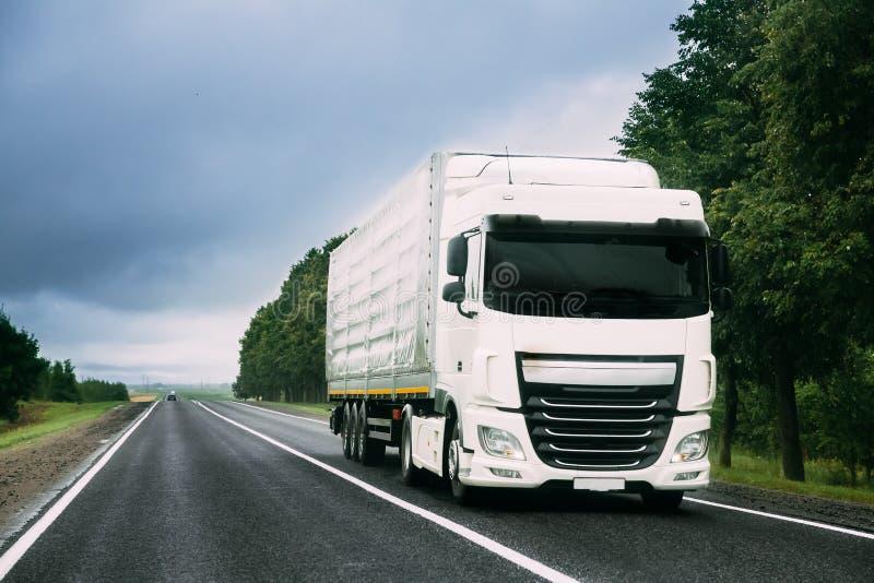 Åka lastbil traktorenheten, början - flyttkarlen, dragkraftenhet i rörelse på vägen arkivfoto