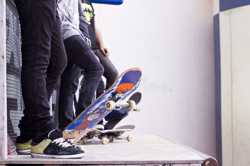 Åka skridskor boarders på ett rør royaltyfria foton