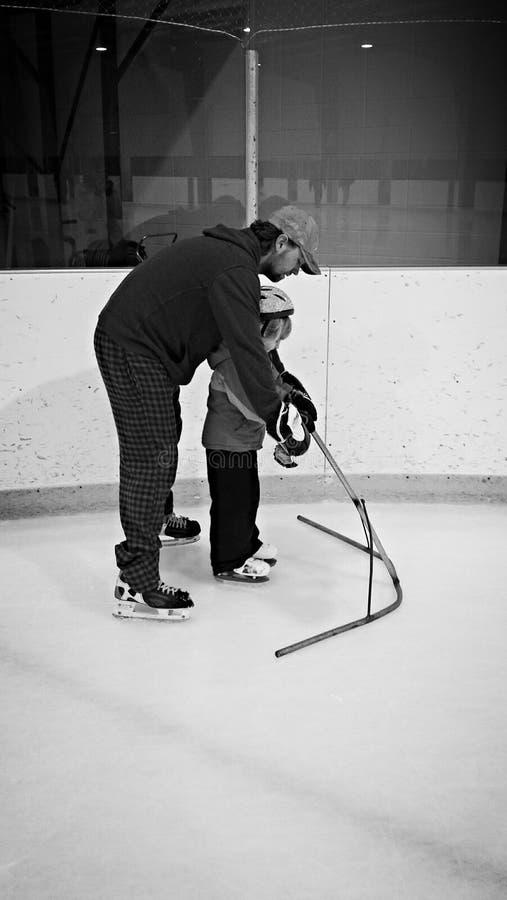 Åka skridskor för fader och för dotter royaltyfri fotografi