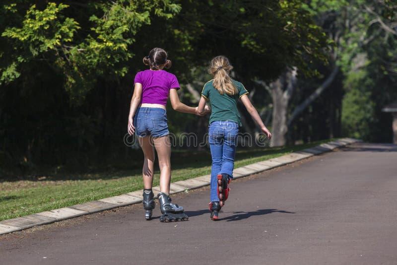 Åka skridskor för flickaRollerblade royaltyfria foton