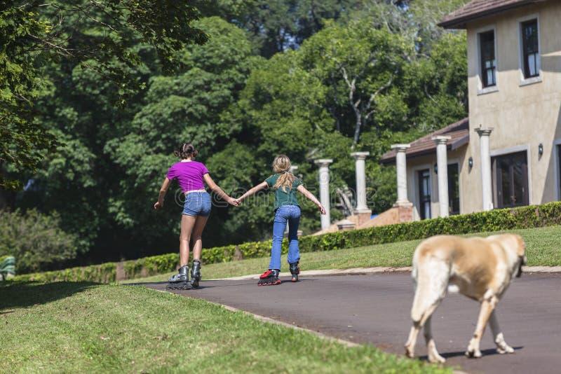 Åka skridskor för flickaRollerblade royaltyfri fotografi