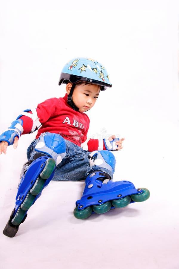 åka skridskor för rulle för pojke ner fallande royaltyfri foto