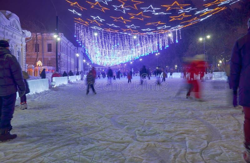 Åka skridskor isbana för nytt år på den Tomsk gränden nära Novo-domkyrka fyrkant royaltyfria foton