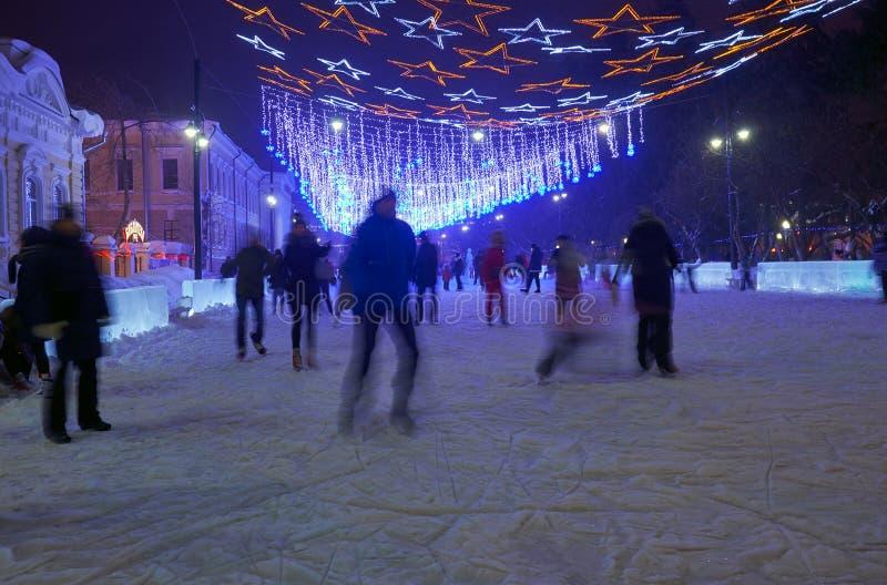 Åka skridskor isbana för nytt år på den Tomsk gränden nära Novo-domkyrka fyrkant arkivbilder