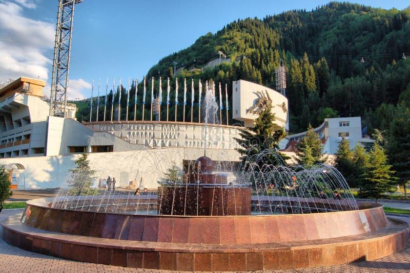 Åka skridskor isbanan Medeo i Almaty arkivfoton