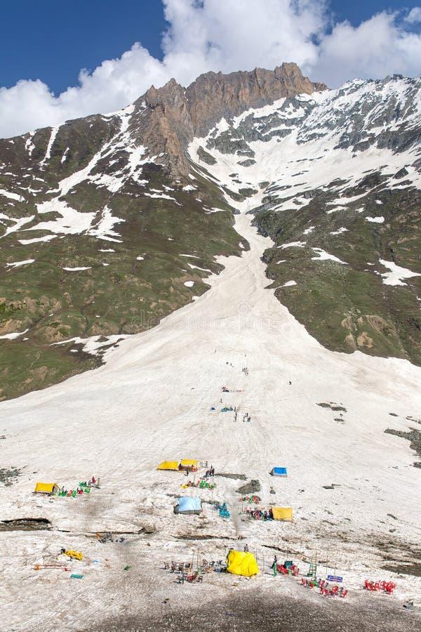 Åka släde i Himalaya berg Enorm snö som är mer glasier på det Zojila passerandet i Ladakh royaltyfria foton