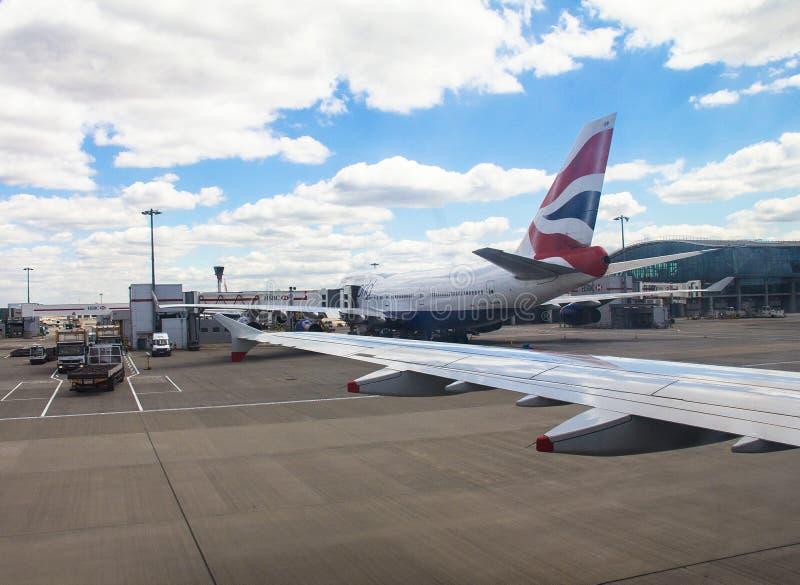 Åkande taxi flygplanflygbuss A-320, når att ha landat i den Heathrow flygplatsen London UK arkivbild