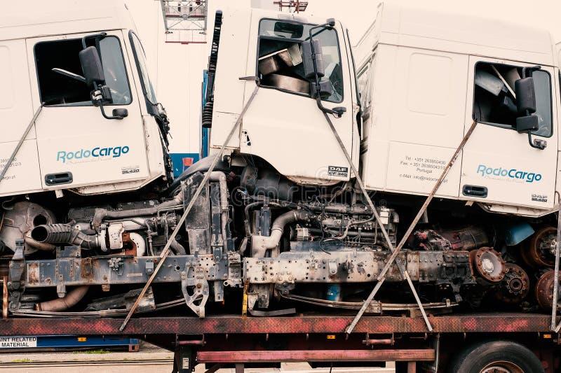 Åker lastbil kabinen och delar som staplas på triler royaltyfria bilder