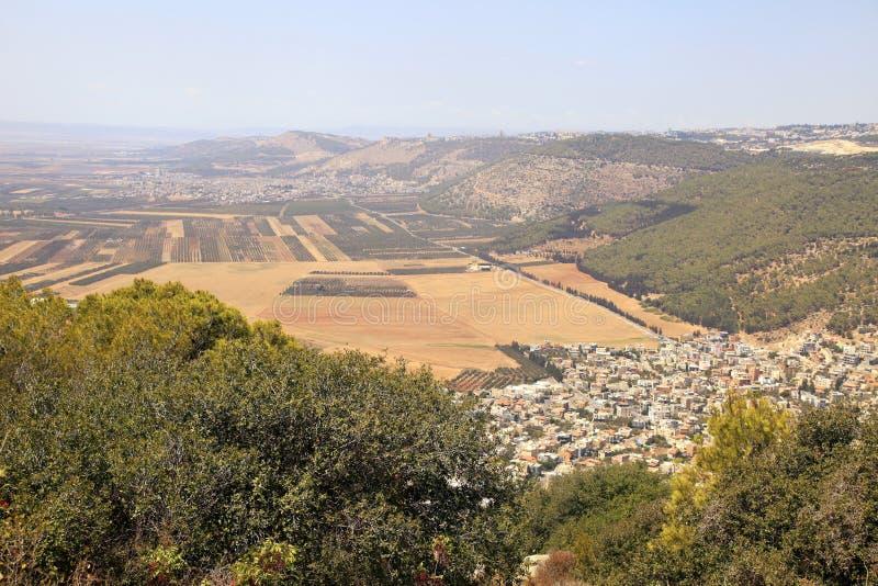 Åkerbruk dal med fält och den arabiska byn, Israel fotografering för bildbyråer