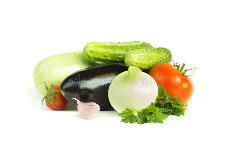 åkerbruka produktgrönsaker för ny marknad Aubergine tomater, lök, zucchini, gurka, vitlök, persilja, matingredienser som isoleras royaltyfria bilder