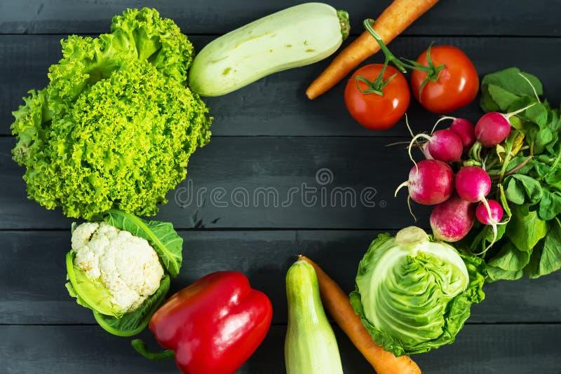 åkerbruka produktgrönsaker för ny marknad Zucchini spansk peppar, morötter, kål, blomkål, rädisa, grönsallat, tomat Begreppet av  royaltyfria foton