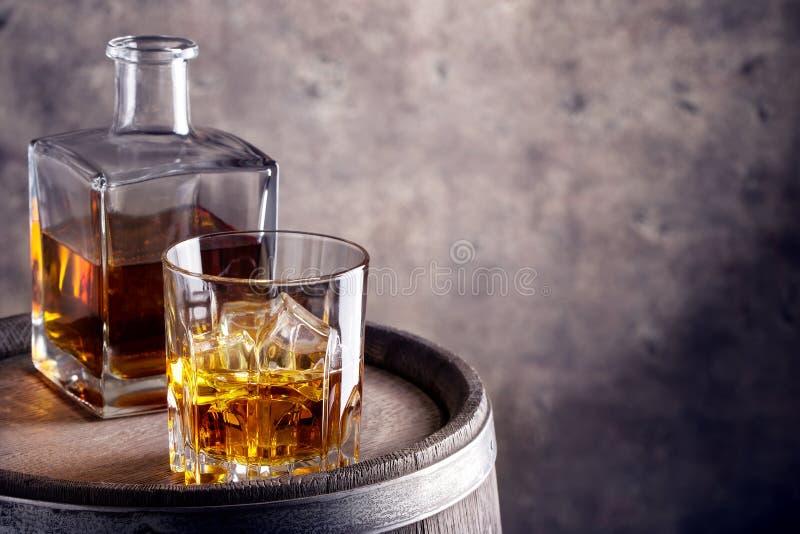 Åldrades exponeringsglas och karaff av whisky arkivbild