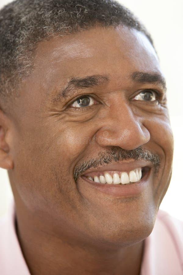 åldrats lyckligt le för manmedelstående arkivbild