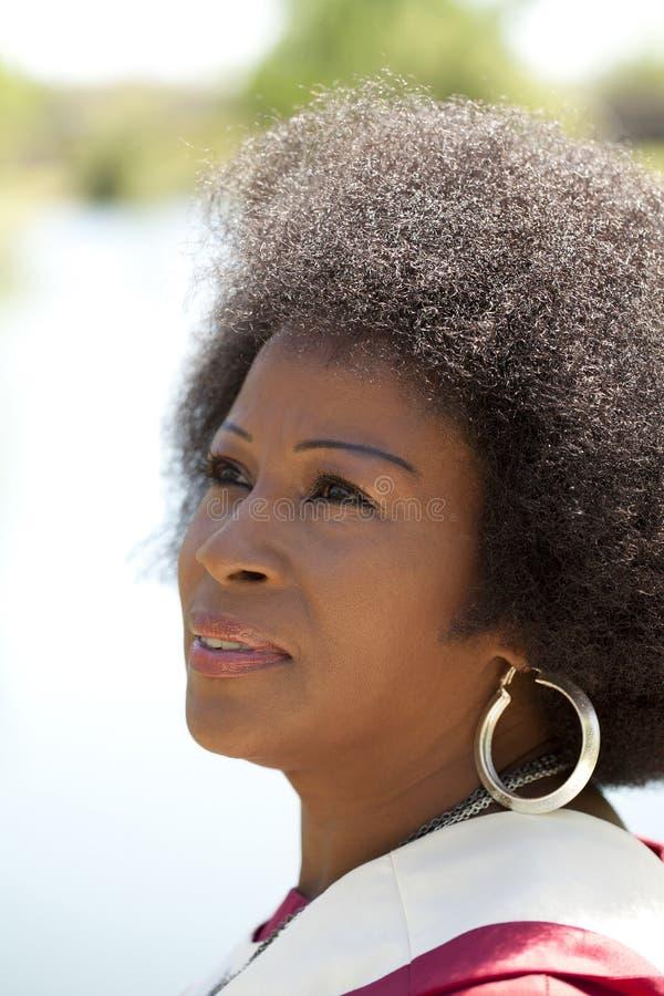 åldrig amerikansk medelkvinna för afrikan arkivfoto