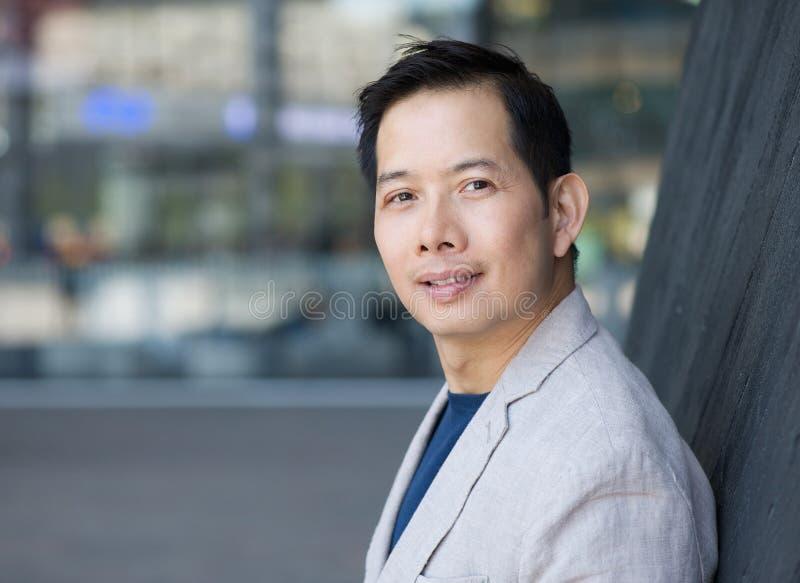 Åldrig asiatisk man för stilig mitt arkivfoton