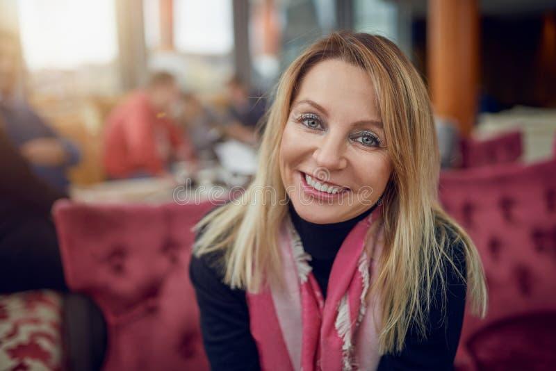 åldrig attraktiv medelkvinna royaltyfri fotografi