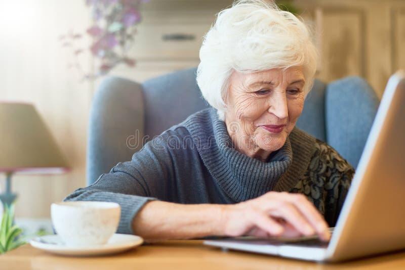 Åldrig chef Focused på arbete arkivbild