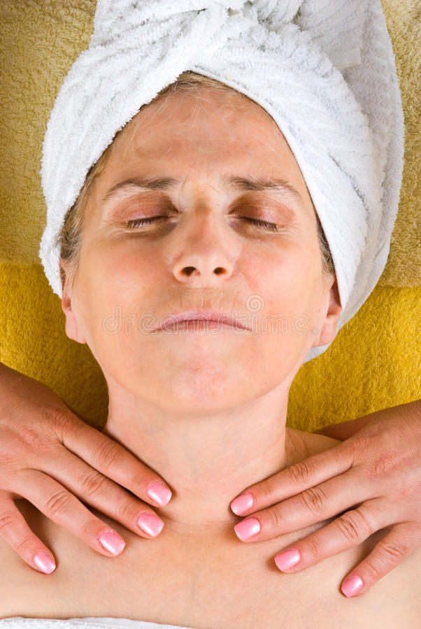åldrig fående massagehalskvinna royaltyfri foto