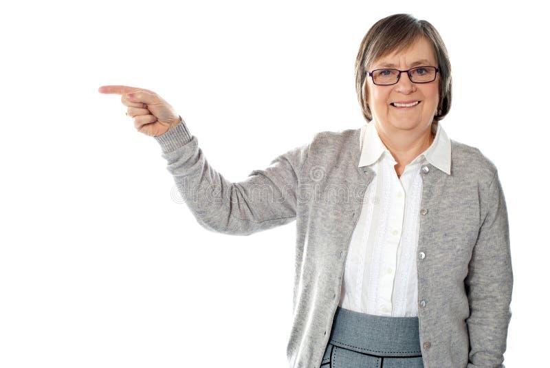åldrig härlig pekande ståendekvinna arkivfoton