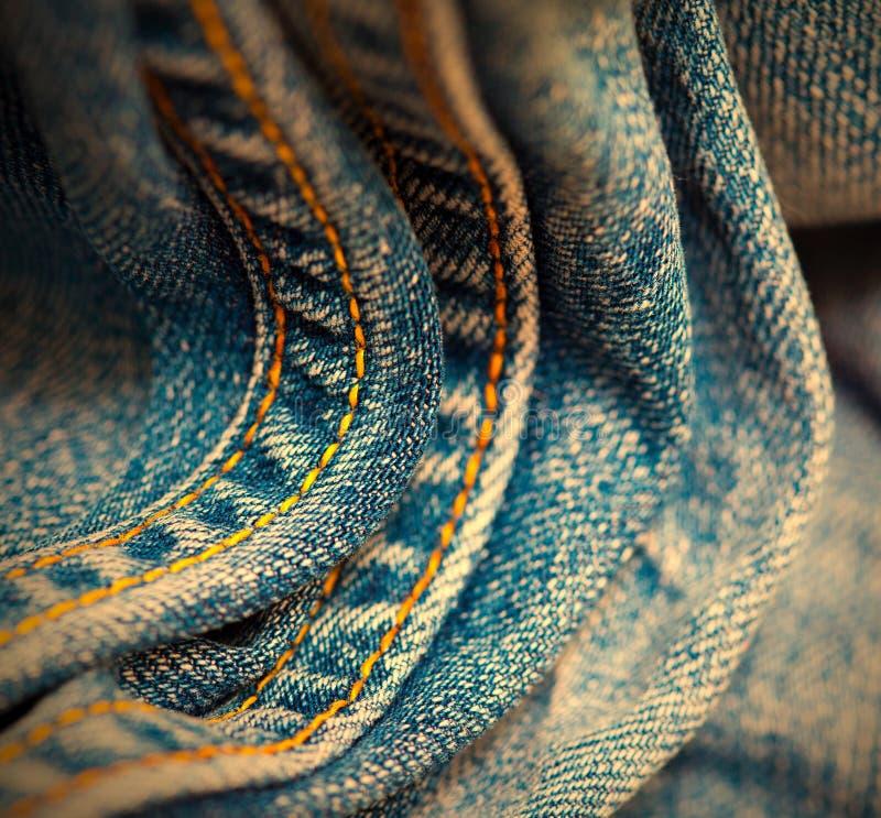 Åldrig jeans med den gula sy tråden fotografering för bildbyråer