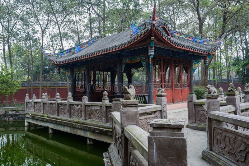 Åldrig kinesisk byggnad vid dammet royaltyfri fotografi