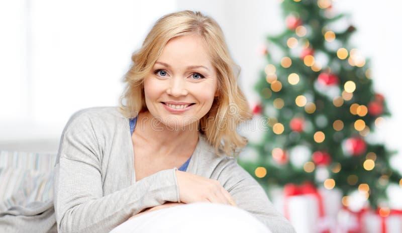 Åldrig kvinna för lycklig mitt på jul fotografering för bildbyråer