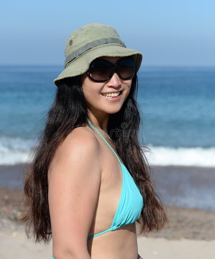 Åldrig kvinna för mitt på den sandiga stranden arkivbilder