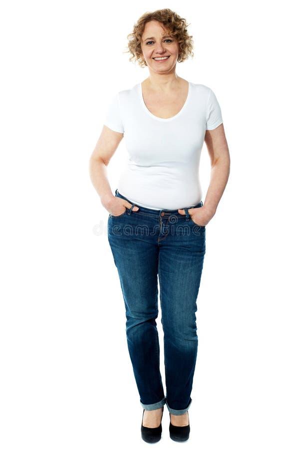 Åldrig kvinna som poserar i moderiktigt tillfälligt arkivfoto