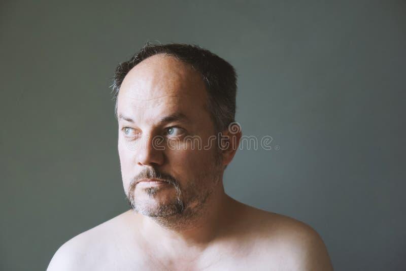 Åldrig man för fundersam mitt som bort ser royaltyfria foton