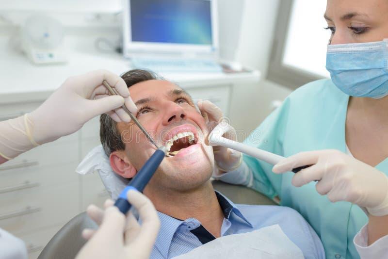 Åldrig man för mitt som har tand- behandling royaltyfri bild