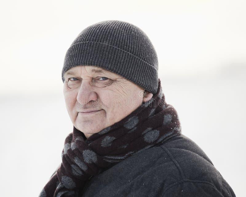 Åldrig man i vinterfält royaltyfri foto