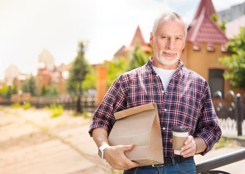Åldrig man som utomhus är fotografering för bildbyråer