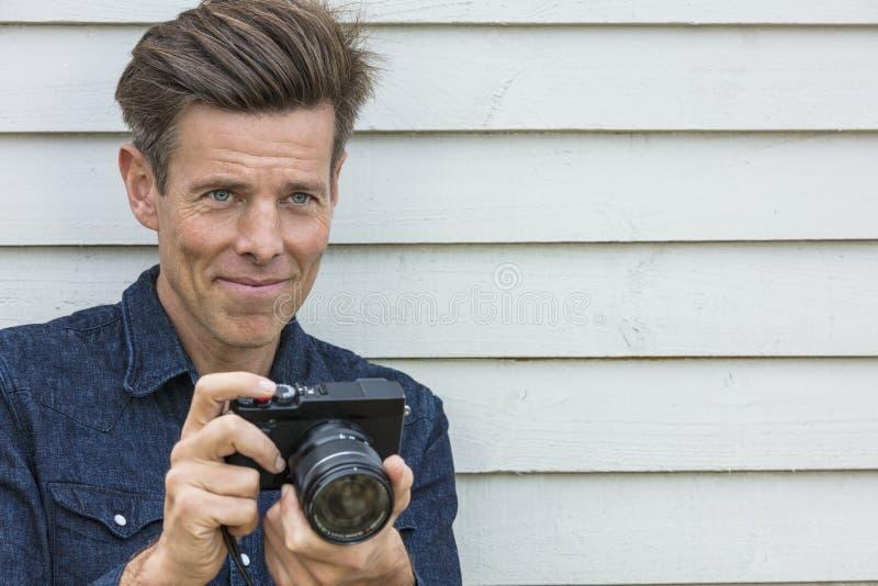 Åldrig manfotograf Using Camera för lycklig mitt royaltyfri foto