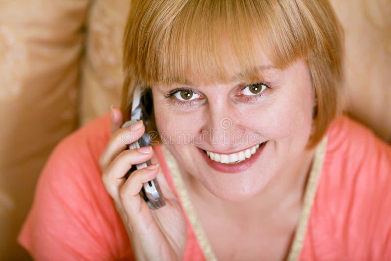 åldrig medeltelefonkvinna arkivfoton