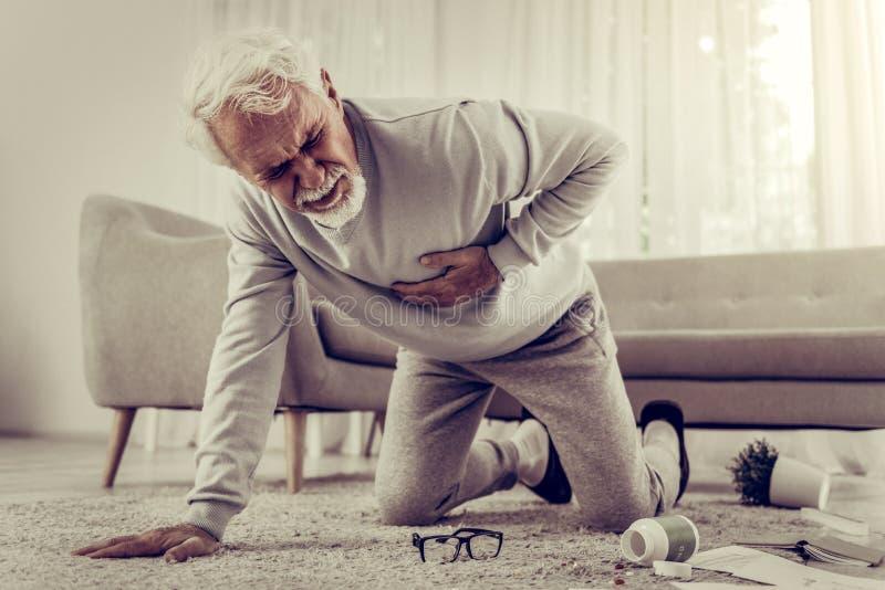 Åldrig sjuk vit-haired sjuttio-år mister som lider från sträng hjärtesorg arkivbild