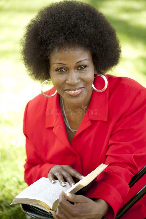 åldrig svart medelutomhus- kvinna arkivfoton