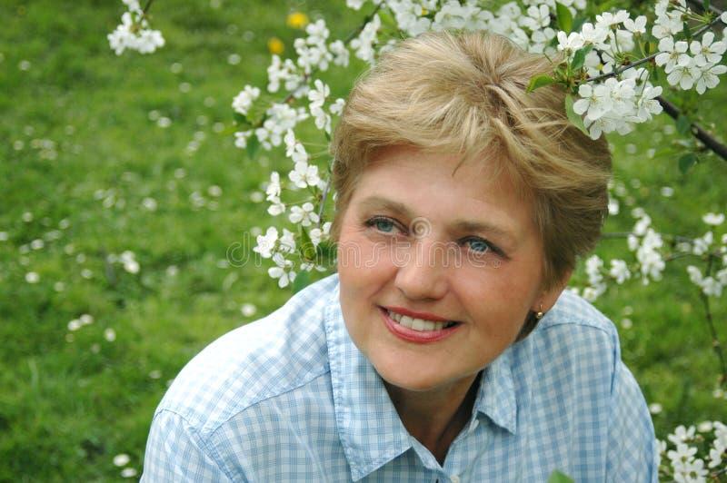 åldrig trädgårds- mitt- kvinna royaltyfria bilder
