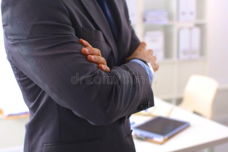 åldriga armar som bygger affärsmannen, korsade format hans vertical för tien för den medelmoderna kontorsskjortan le plattform royaltyfria foton