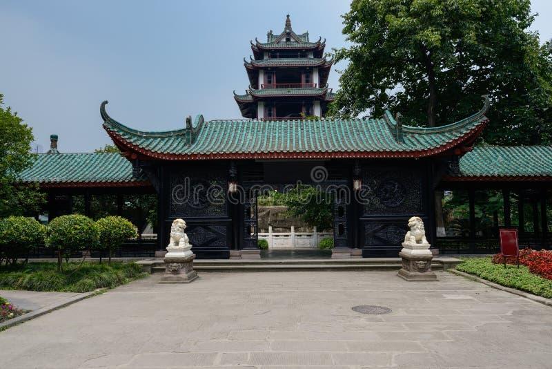 Åldriga kinesiska byggnader i solig sommar royaltyfri foto