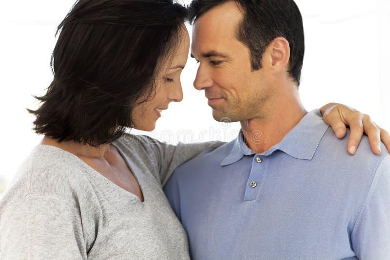 åldriga par älskar mitten royaltyfri fotografi
