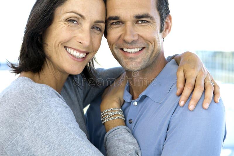 åldriga par älskar mitten arkivbilder