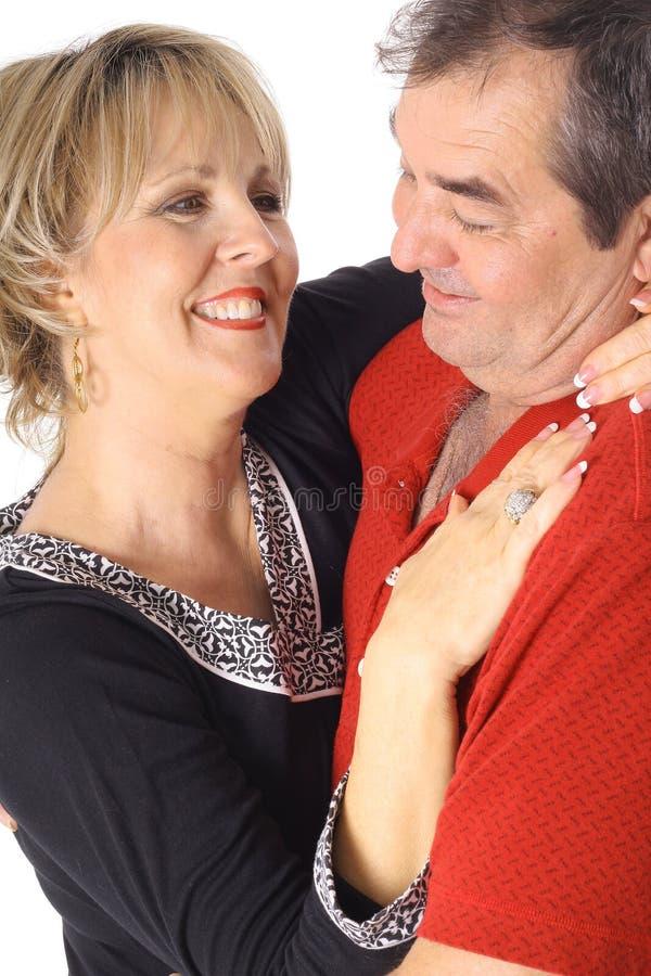 åldriga par älskar mitten arkivbild